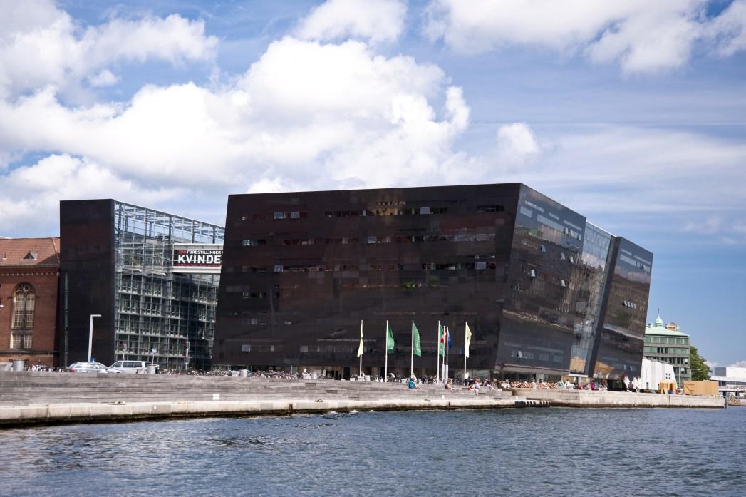 Η Βασιλική Βιβλιοθήκη, ή Μαύρο Διαμάντι πάνω στο κανάλι, ένα απ' τα τοπ αξιοθέατα της Κοπεγχάγης