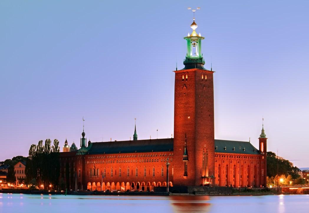 Το κτίριο του δημαρχείου της Στοκχόλμης φωτισμένο τη νύχτα