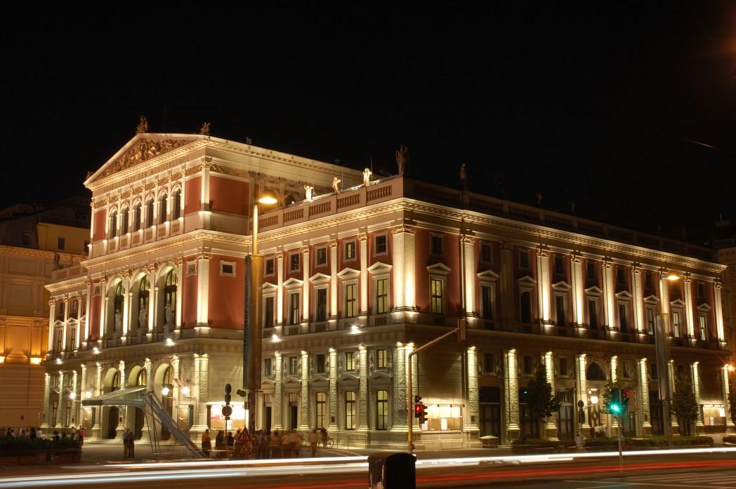 H Βιέννη φωτισμένη τη νύχτα - τοπ 20 φθινοπωρινοί προορισμοί
