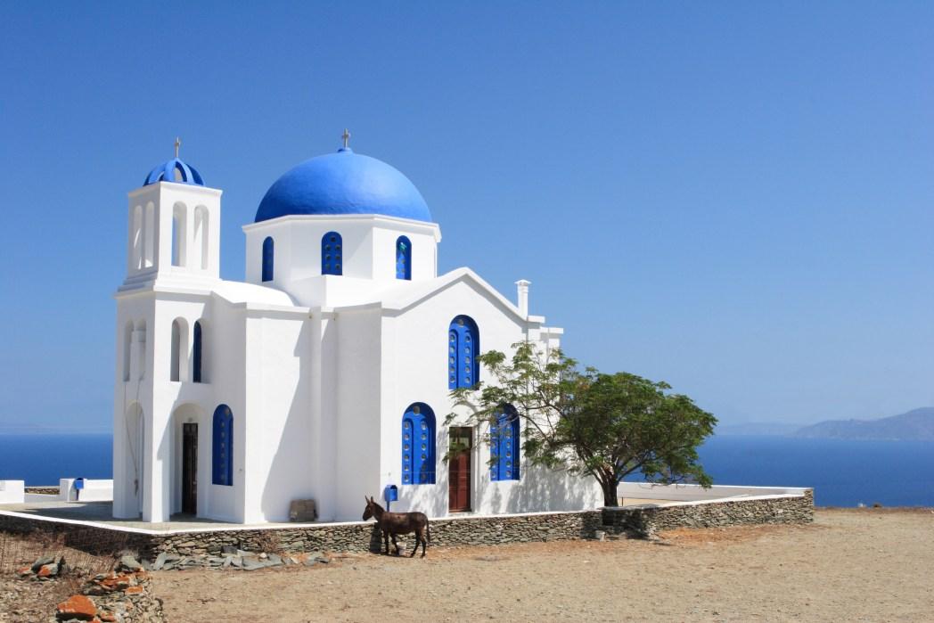 Λευκό εκκλησάκι με μπλε λεπτομέρειες - πού να γιορτάσετε τον Δεκαπενταύγουστο στην Ελλάδα