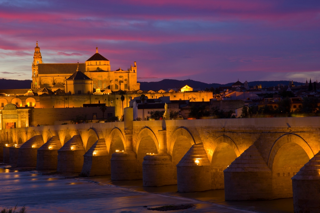 Η Puente Romano φωτισμένη τη νύχτα, Κόρδοβα, Ανδαλουσία