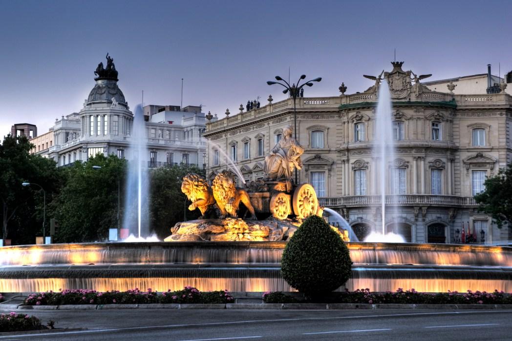 H Πλάθα ντε Σιμπέλες της Μαδρίτης φωτισμένη τη νύχτα