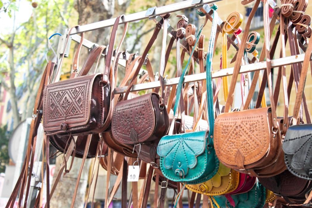 Τσάντες κρέμονται από έναν πάγκο υπαίθριας αγοράς της Μαδρίτης