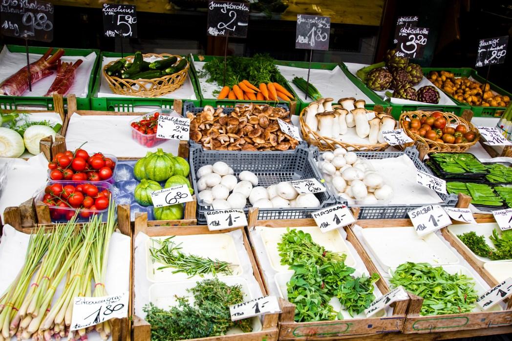 Πάγκος με λαχανικά στην αγορά Nachsmarkt