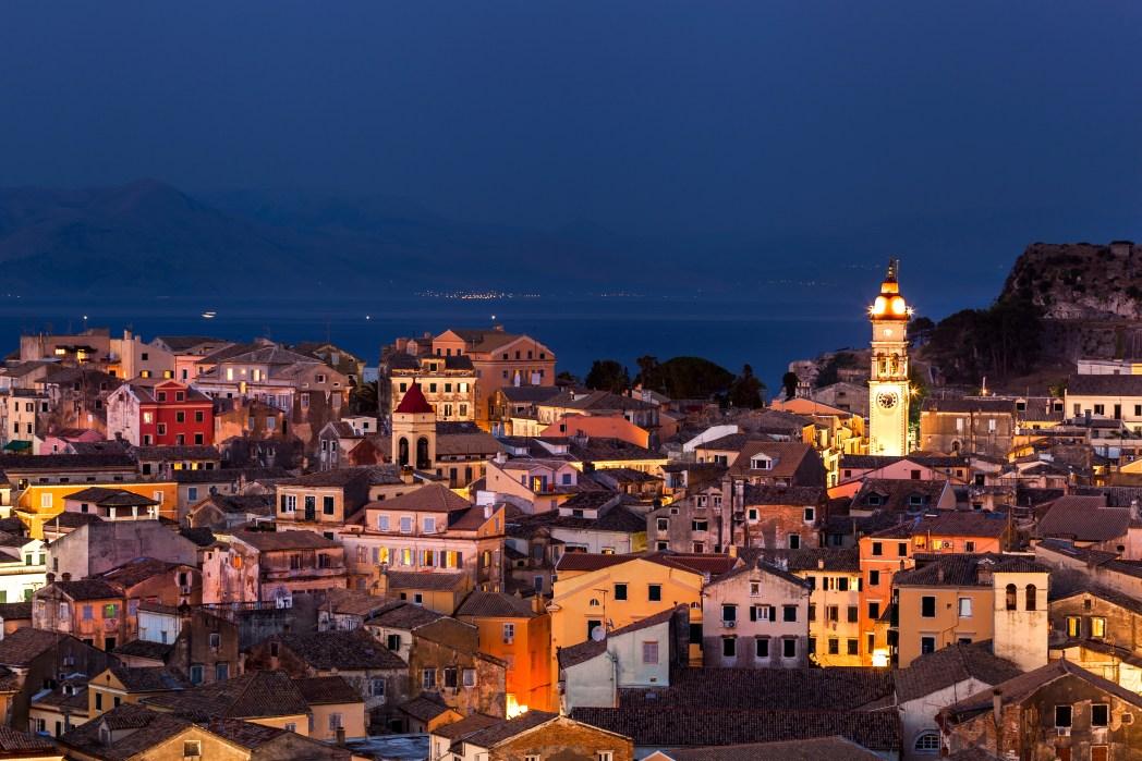 H Παλιά Πόλη της Κέρκυρας φωτισμένη τη νύχτα