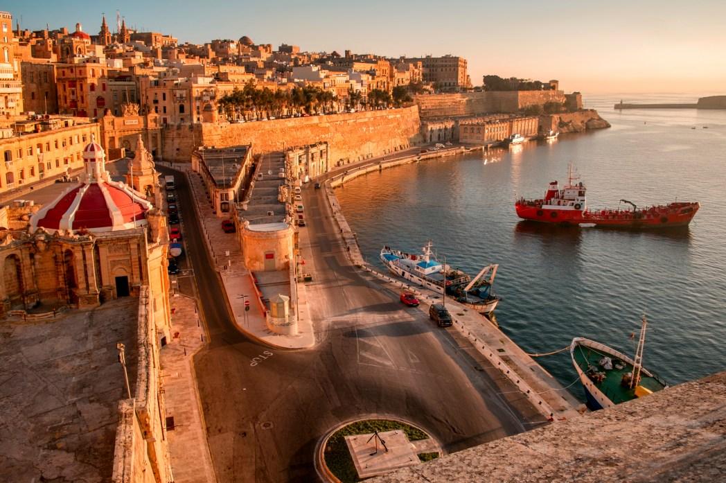 Ένα κόκκινο πλοίο αράζει στο λιμάνι της Βαλέτας