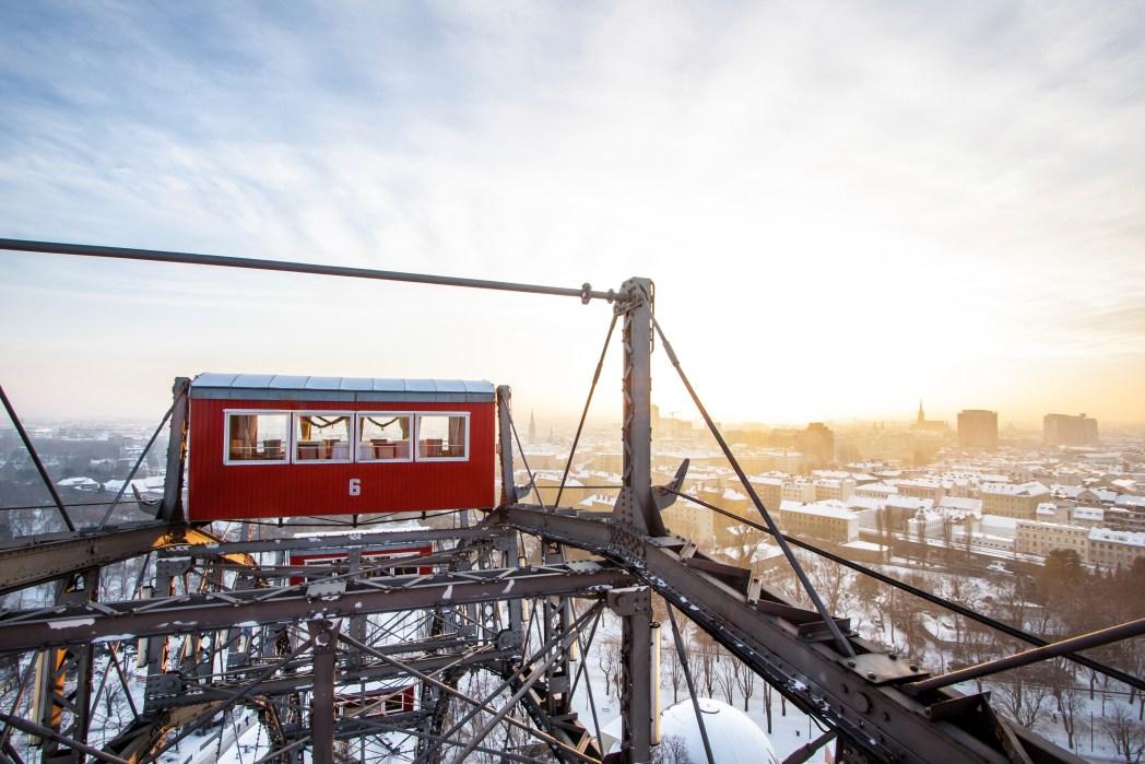 Μία απ' τις κόκκινες καμπίνες του Γιγαντιαίου Τροχού πάνω απ' την χιονισμένη πόλη