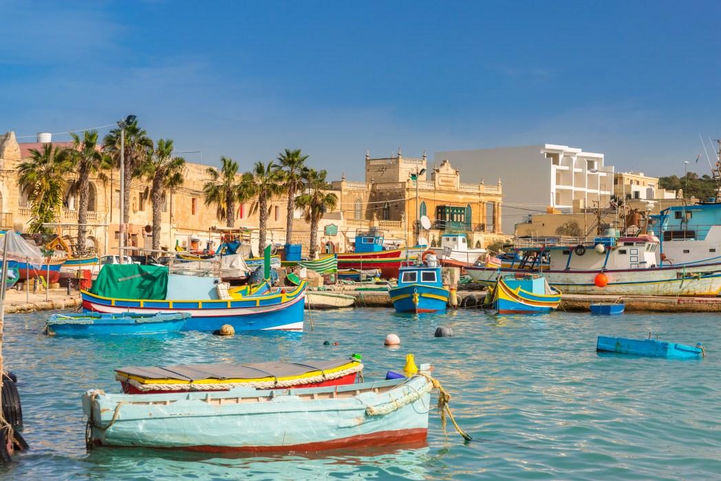 Το γραφικό λιμανάκι με τις πολύχρωμες ψαρόβαρκες του Marsaxlokk