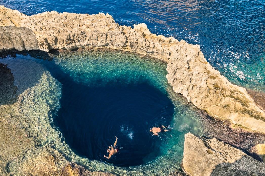 Δύο άτομα κολυμπούν στην Μπλε Τρύπα στο Γκόζο της Μάλτας