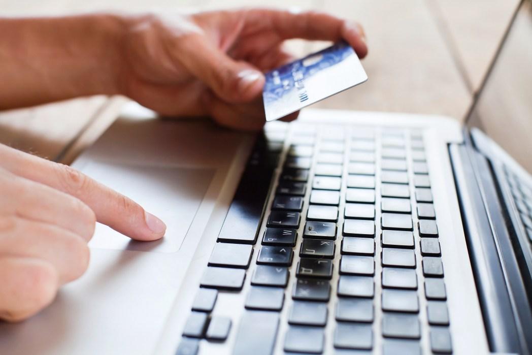 Πληρώστε τη βαλίτσα online για να εξοικονομήσετε χρήματα