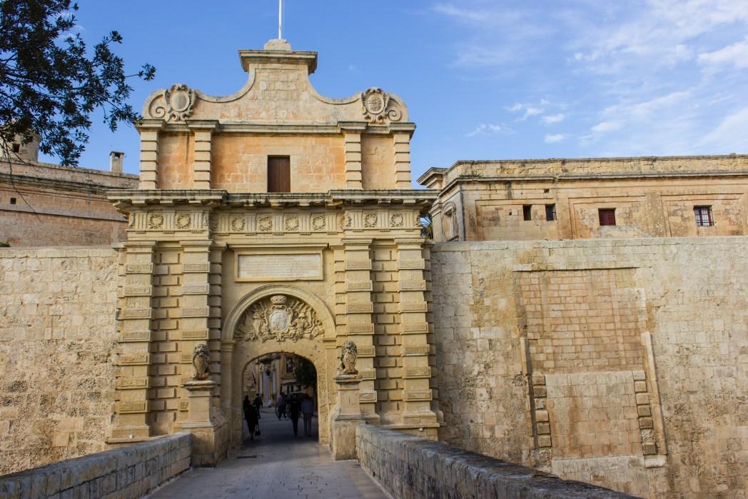 Η μεσαιωνική πύλη της Μντίνα