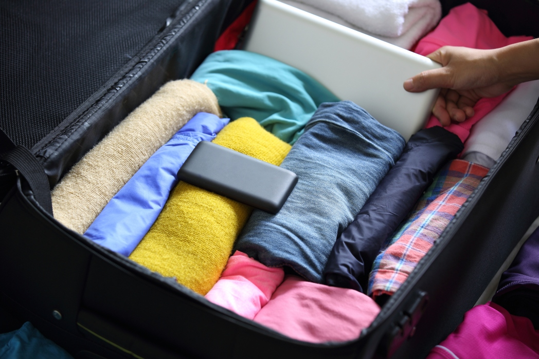 Ο ιδανικός τρόπος για να φτιάξτε τη βαλίτσα των διακοπών είναι να κάνετε ρολό τα ρούχα