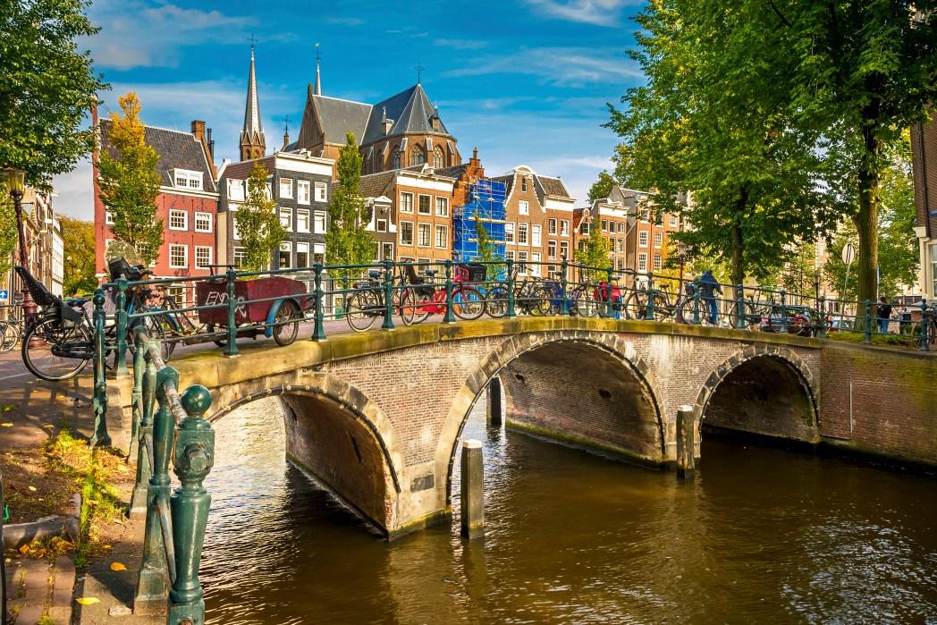 Γέφυρα του Άμστερνταμ γεμάτη ποδήλατα