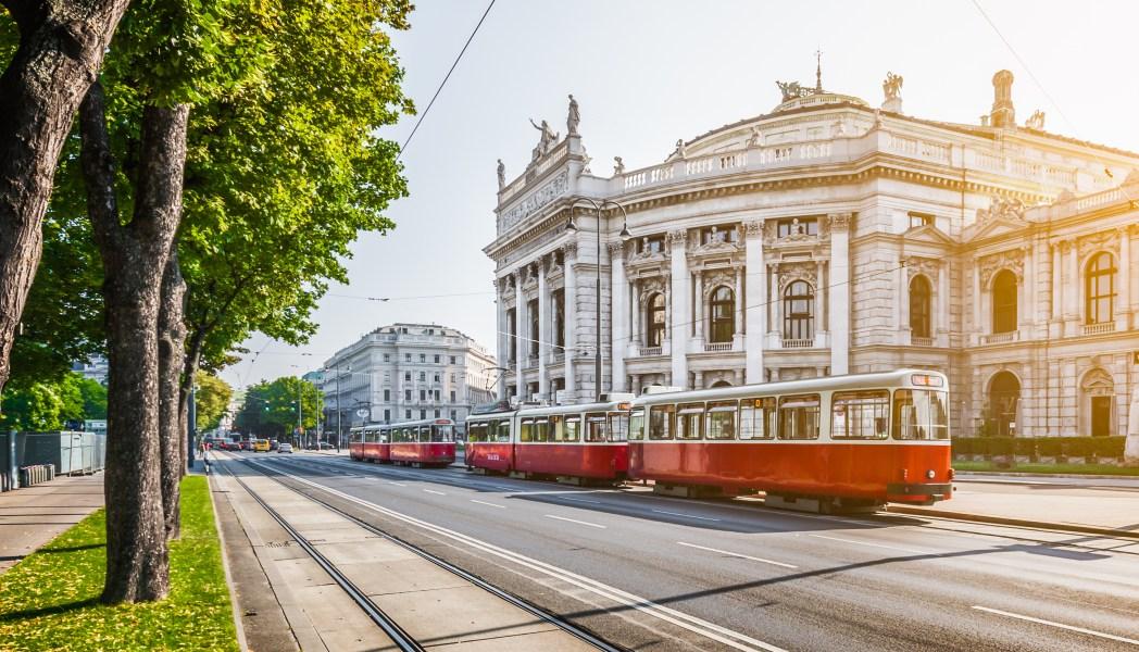 Το τραμ περνάει έξω απ' το Εθνικό Θέατρο Burgtheater