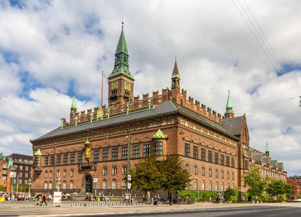 To Δημαρχείο της Κοπεγχάγης στο ξεκίνημα της Strøget