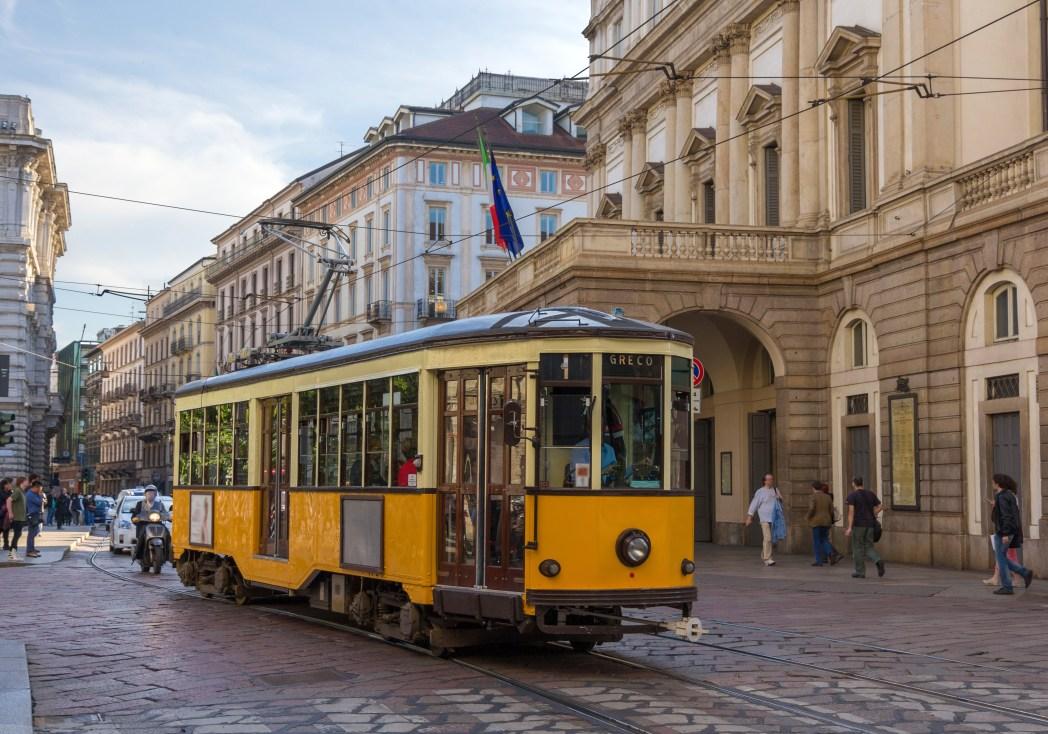 Κίτρινο τραμ περνά από ιστορική γειτονιά του Μιλάνου