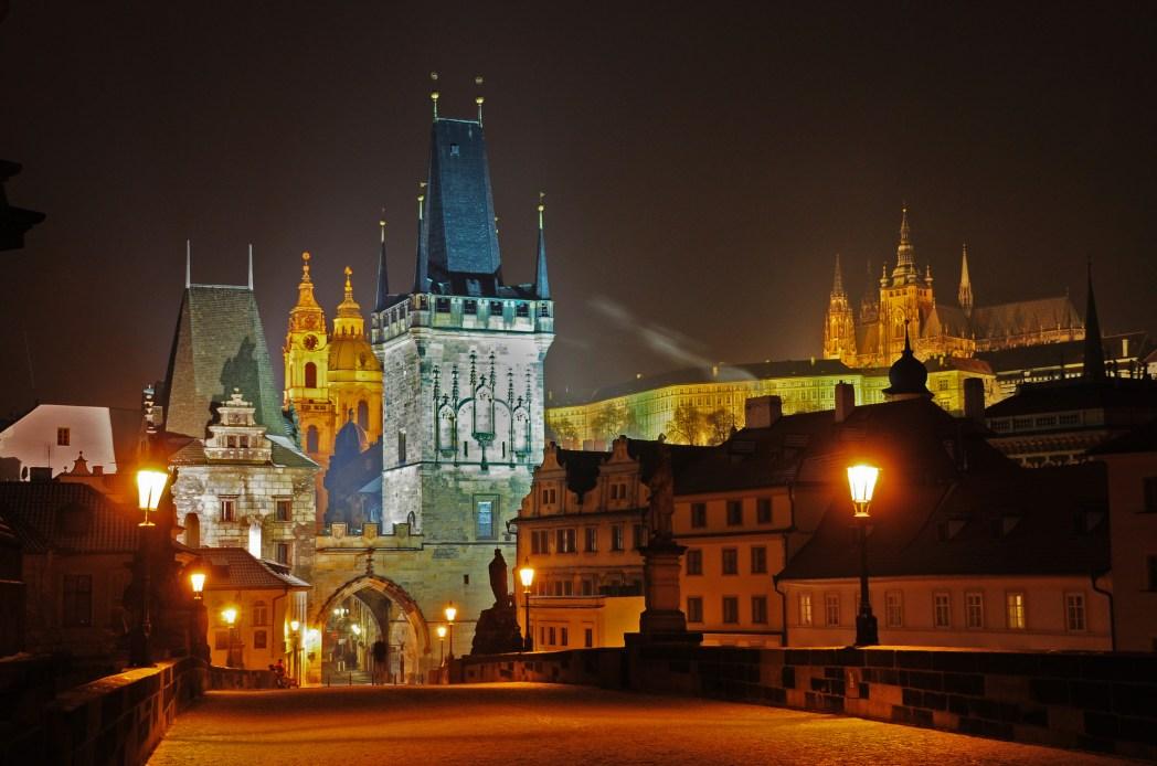 To παραμυθένιο τοπίο της Πράγας τη νύχτα