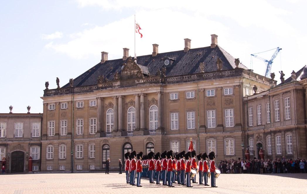 Η αλλαγή φρουράς στην πλατεία του παλατιού στο Αμάλιενμποργκ